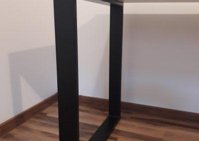 noga stalowa przy biurku modern
